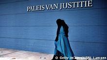 Niederlande Frau trägt Burka vor dem Justitzgebäude in Den Haag