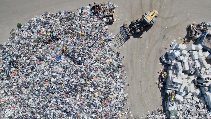 Ein Drohnenbild von ausgedienten Elektrogeräten auf einem Recyclinghof