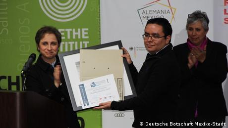 La periodista Carmen Aristegui entrega un premio al periodista Arturo Mendieta.