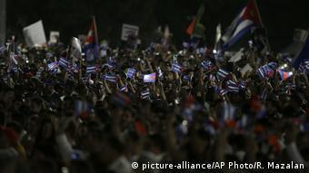 Waombelezaji wakipeperusha bendera ya Cuba kuomboleza Fidel Castro