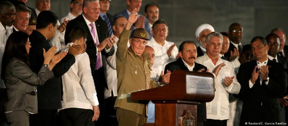 Discurso do presidente cubano Raúl Castro (c) encerrou a cerimônia em homenagem a Fidel em Havana