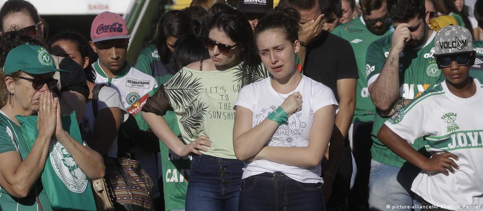 Torcedores da Chapecoense choram a morte dos integrantes da equipe na Arena Condá, em Chapecó (SC)