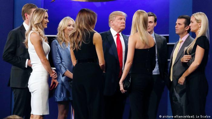 Trump e a família ao final de um debate eleitoral, em outubro de 2016