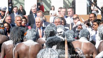 Aboriginal people protesting in Canberra, with Prime Minister Malcolm Turnbull watching on (picture-alliance/AP Photo/R. McGuirk)