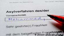 12.01.2016 Illustration: Ein Formular für ein Asylverfahren liegt auf einem Tisch, aufgenommen am 12.01.2016 in Osterode. Foto: Frank May / picture alliance | Verwendung weltweit