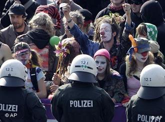 Manifestantes fantasiados protestam contra ato antiislâmico, que acabou sendo proibido