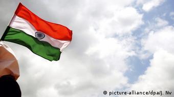 Indien Schulkind mit Nationalflagge