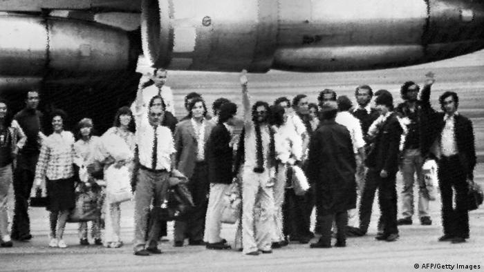 Sobreviventes em frente a uma aeronave, na chegada a Montevidéu