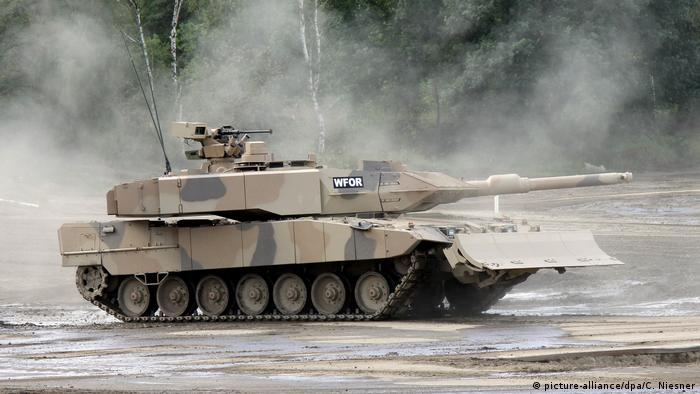 Leopard 2 tank in a training exercise (picture-alliance/dpa/C. Niesner)