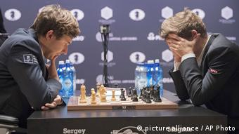 USA Schach-WM Tie-Break Sergey Karjakin und Magnus Carlsen (picture alliance / AP Photo)