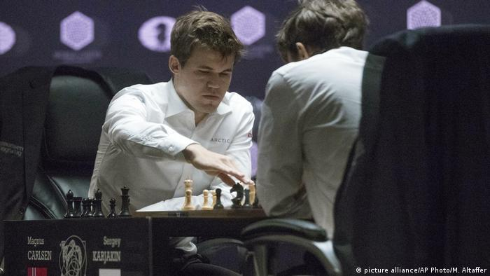 USA Schach-WM Tie-Break Sergey Karjakin und Magnus Carlsen (picture alliance/AP Photo/M. Altaffer)