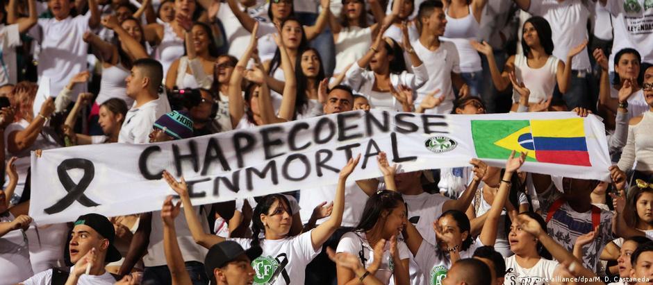 Em Medellín, colombianos vestiram branco e se solidarizaram com a tragédia que acometeu o futebol brasileiro