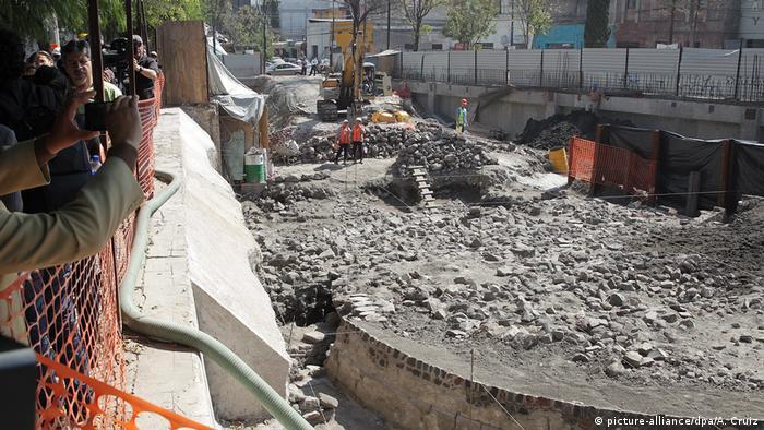 Mexiko Mexiko-Stadt Archäologen graben Tempel aus