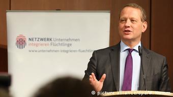 Berlin DIHK Tagung Unternehmen und Flüchtlinge Schweizer (picture-alliance/dpa/W. Kumm)