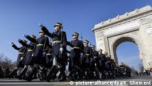 epa05655003 Soldiers of to the Romanian Presidential Honor Guard march in front of the Triumph Arch during a military parade marking Romania's Great Union Day, in Bucharest, Romania, 01 December 2016. Romania is celebrating Great Union Day which commemorates the unification of the three historical provinces of Transylvania, Basarabia and Bucovina with Romania in 1918. EPA/ROBERT GHEMENT +++(c) dpa - Bildfunk+++ |