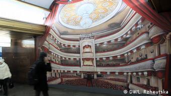 Барельеф Владимиру Ленину на станции метро Театральная в Киеве закрыли картинкой с театром
