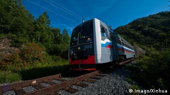 Поезд движется по Транссибу
