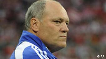 Hamburgs Trainer Martin Jol. Aug. 15, 2008. (AP Photo/Christof Stache) ** Eds note: German spelling of Munich is Muenchen **