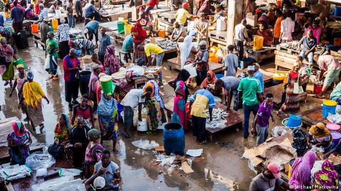 Auf dem Fischmarkt im Zentrum von Daressalam in Tansania