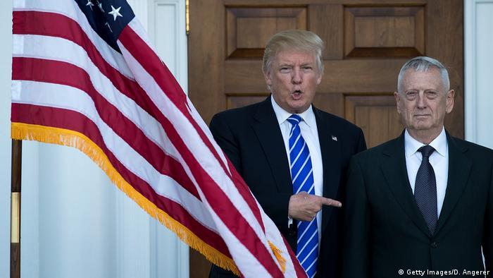 Trump junto a James Mattis.