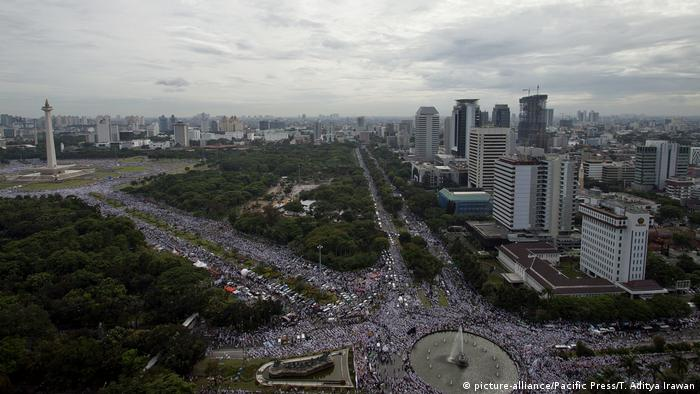 Indonesien Proteste in Jakarta gegen Gouverneur (picture-alliance/Pacific Press/T. Aditya Irawan)