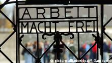 ARCHIV- Arbeit Macht Frei steht am Tor des Konzentrationslagers in Dachau, Foto vom 25.10.2002. Foto: Mauricio Gambarini/dpa (zu dpa Gestohlenes KZ-Tor aus Dachau vermutlich in Norwegen aufgetaucht vom 02.12.2016) +++(c) dpa - Bildfunk+++ | Verwendung weltweit