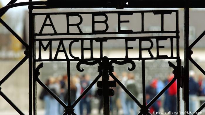 Brama przy wejściu na teren byłego niemieckiego obozu koncentracyjnego Dachau