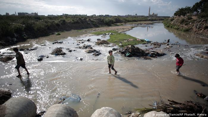 Gaza Kinder in Klärwasser bei Gaza Stadt (picture-alliance/AP Photo/K. Hamra)