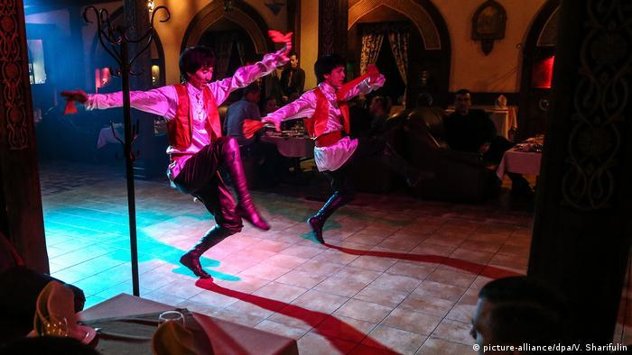 Usbekistan Tänzer in Tashkent (picture-alliance/dpa/V. Sharifulin)