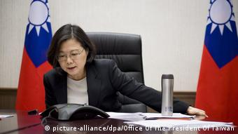 Taiwans Präsidentin Tsai Ing-wen telefoniert (Foto: picture-alliance/dpa/Office Of The President Of Taiwan)