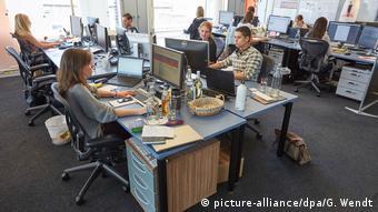 Офис и работники за компьютерами