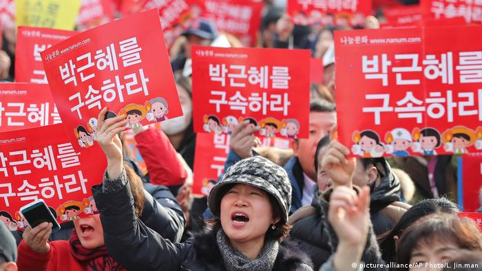 Südkorea Massenproteste gegen Präsidentin Park Geun-hye (picture-alliance/AP Photo/L. Jin.man)