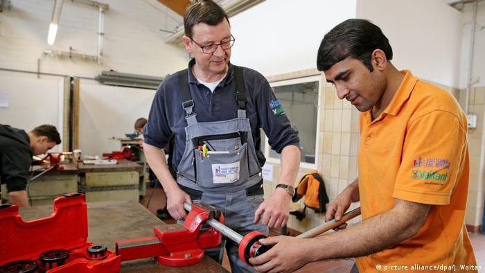 Pakistanischer Flüchtling als Lehrling in Chemnitz (picture alliance/dpa/J. Woitas)