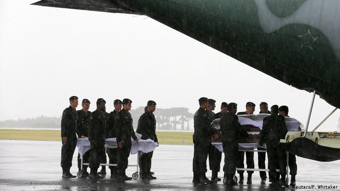 Прибуття літака з тілами жертв в Шапеко
