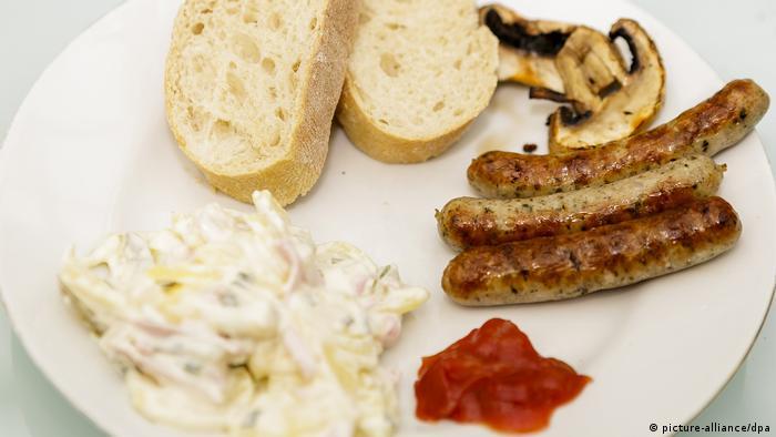 Самый популярный – картофельный салат. Его готовят в самых разных вариантах.