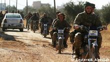 Ungleicher Kampf: Während die Rebellen auf Motorräder angewiesen sind, kämpft die syrische Armee mit Panzern