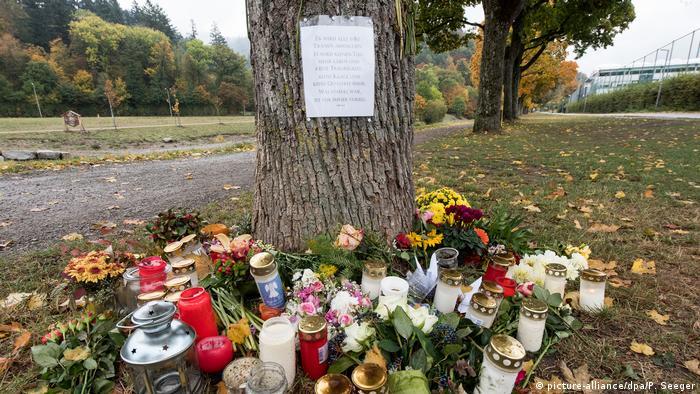 Цветы и свечи возле дерева близ места, где нашли убитую студентку во Фрайбурге