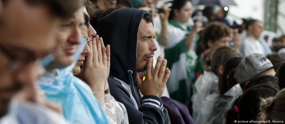 Torcedores da Chapecoense se emocionam em velório coletivo na Arena Condá
