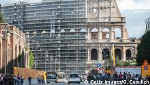 ***Symbolbild**** ROME, ITALY - OCTOBER 09: A general view of the Coliseum covered by scaffolding awaiting the start of the restoration work on October 9, 2013 in Rome, Italy. Diego Della Valle, owner of Tod's, has offered to fund the restoration of the Coliseum with 25 million of euros in return for some brand advertising. (Photo by Giorgio Cosulich/Getty Images)