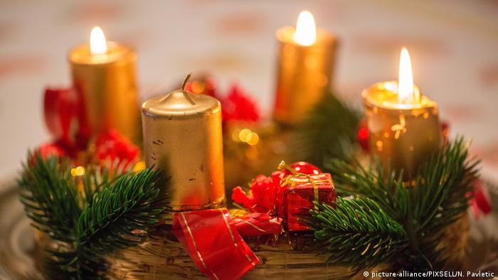Advent wreath with three burning candles, Foto: picture-alliance/PIXSELL/N. Pavletic