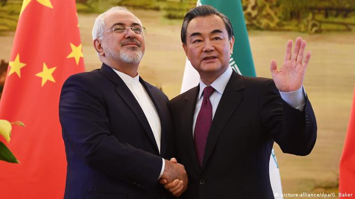 China Iran Mohammad Javad Zarif und Wang Yi in Peking (picture-alliance/dpa/G. Baker)