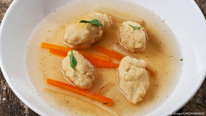 Bavarian dumpling soup (imago/CHROMORANGE)