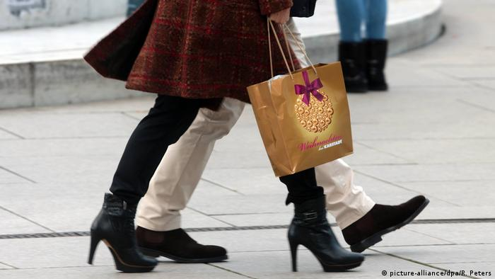 Weihnachtsshopping Geschenke Kaufrausch (picture-alliance/dpa/R. Peters)