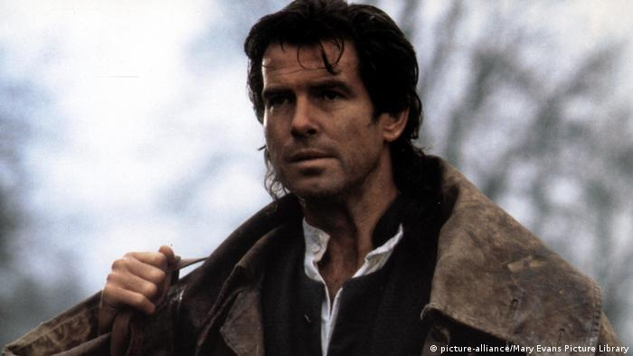 Film still Robinson Crusoe with Pierce Brosnan (picture-alliance/Mary Evans Picture Library)