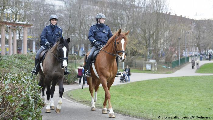 Berittene Polizisten patroullieren an sozialen Brennpunkten in Freiburg
