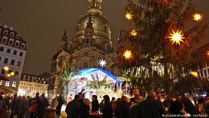 Deutschland Weihnachtsmarkt in Dresden (picture-alliance/A. Litzlbauer)