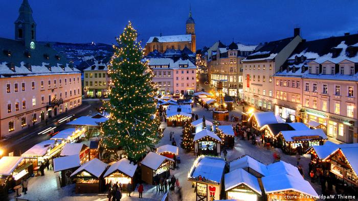 A Christmas market from above, Photo: picture-alliance/dpa/W. Thieme