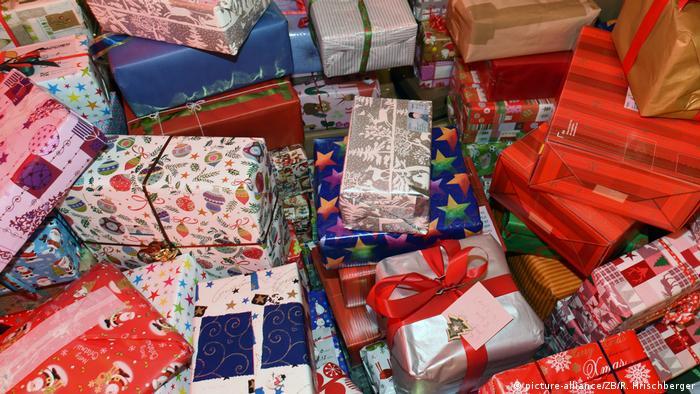 Ποιο είναι το πραγματικό νόημα των Χριστουγέννων; Σίγουρα πάντως όχι να ανταλλάσσουμε μεταξύ μας όσο το δυνατόν περισσότερα και ακριβότερα δώρα. Κάθε χρόνο σπάμε το κεφάλι μας για να βρούμε τι δώρο θα χαρίσουμε σε κάποιους που τα έχουν όλα. Τι θα γινόταν άραγε αν δεν χαρίζαμε τίποτα; Θα αρκούσε ένα ωραίο χαμόγελο;