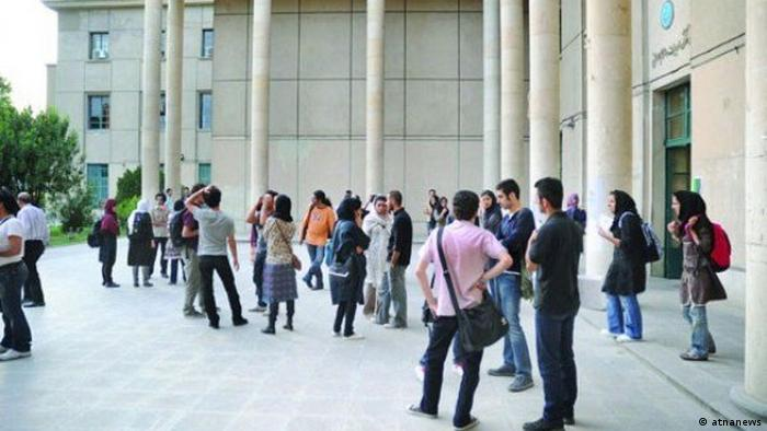 Iran Studenten vor dem Eingang der Universität in Tehran