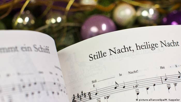 در شب کریسمس در برخی خانوادهها برای بچهها داستانهای مربوط به شبهای مقدس را میخوانند و یا با هم آوازهای مرسوم در این روزها را میخوانند.